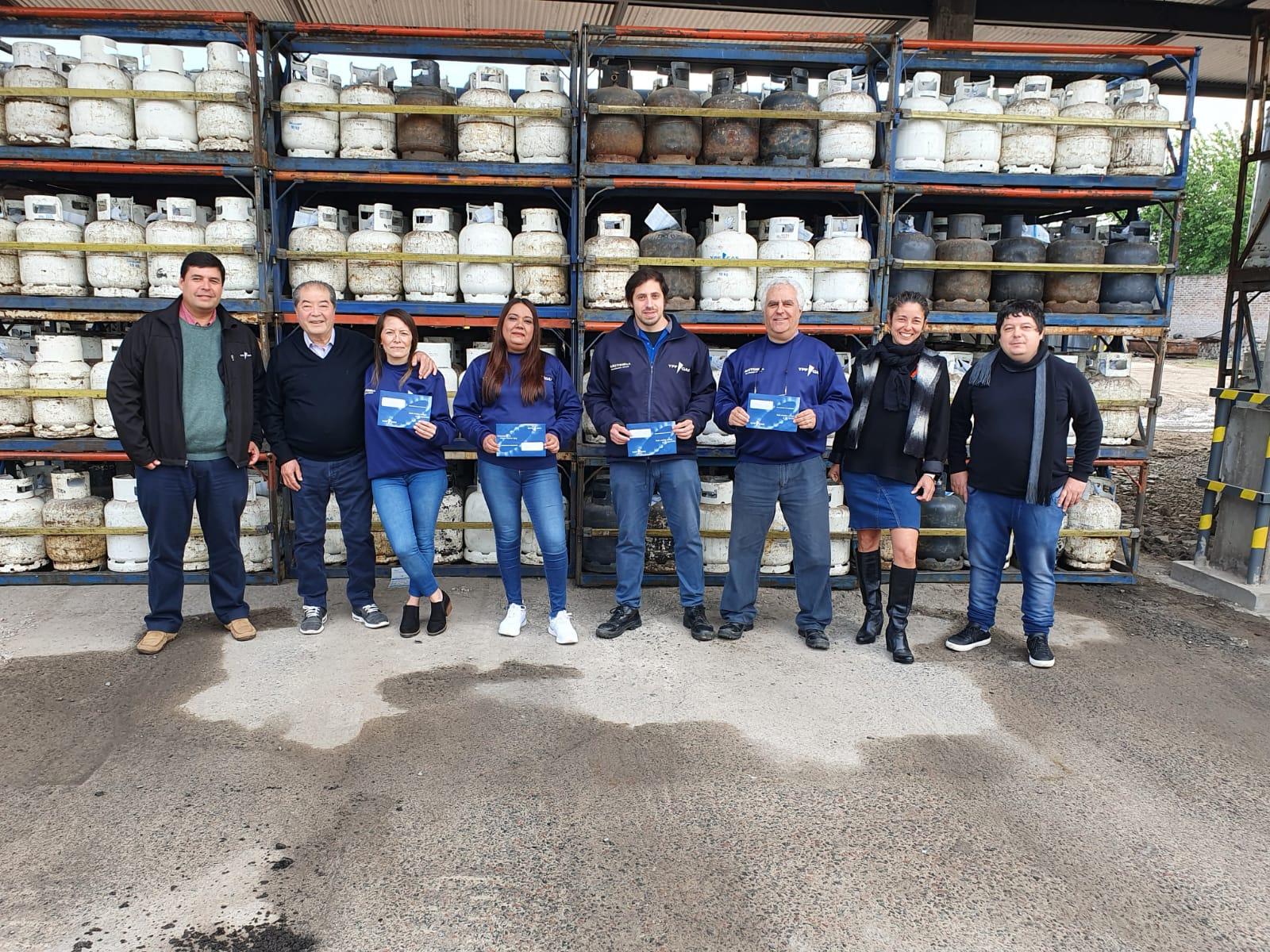 Entrega de premios a los ganadores de la Promoción de YPF Gas en el Depósito Moreno